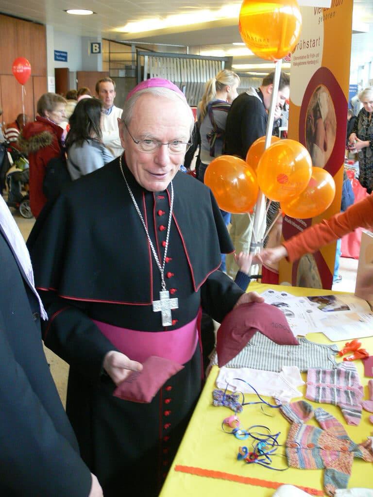 Ein echter Bischof zwischen den Kindern