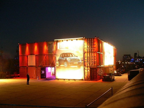 Mini Cooper S Fahrzeugpräsentation im Container am Fischmarkt – Arroganz im Countryman-Stil