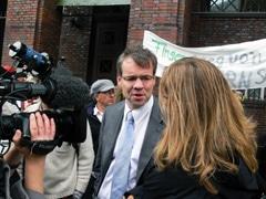Bezirksamtsleiter Markus Schreiber stellt sich dem Protest gegen Schliessung der Elternschulen