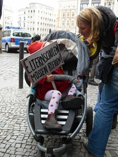 Protestaktion gegen Schließung der Hamburger Elternschulen