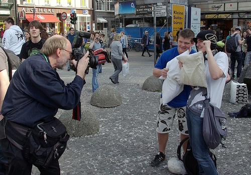Pillow Fighters beim Pillow Fight 2011 am Gansemarkt Hamburg