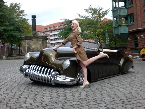 STREET MAG SHOW Pin-up-Model Zoe Scarlett vor einem 46er Buick Custom