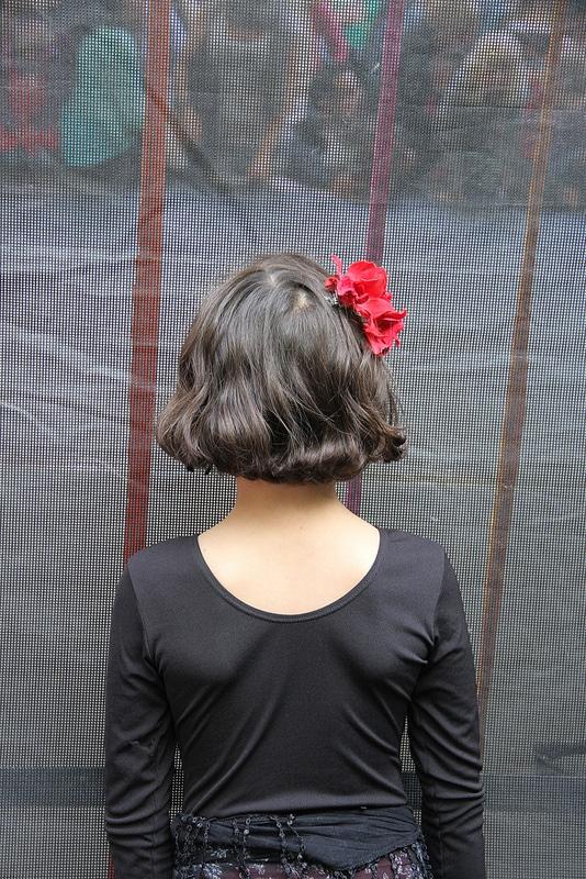 Kleine Flamenco-Tänzerin wartet auf ihren Auftritt