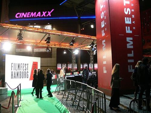Roter Teppich in Grün vor dem CINEMAXX Kino am Hamburger Dammtor-Bahnhof