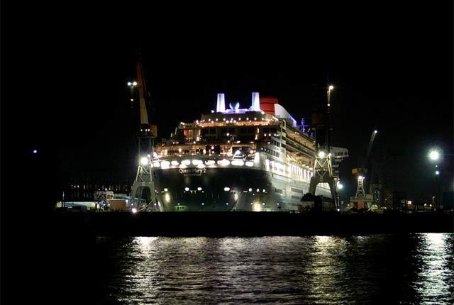 Queen Mary 2 im Trockendock im Hamburger Hafen