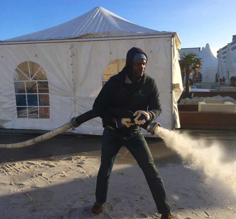 Beachclub-Saison in Hamburg mit 60 Tonnen Fidschi-Sand