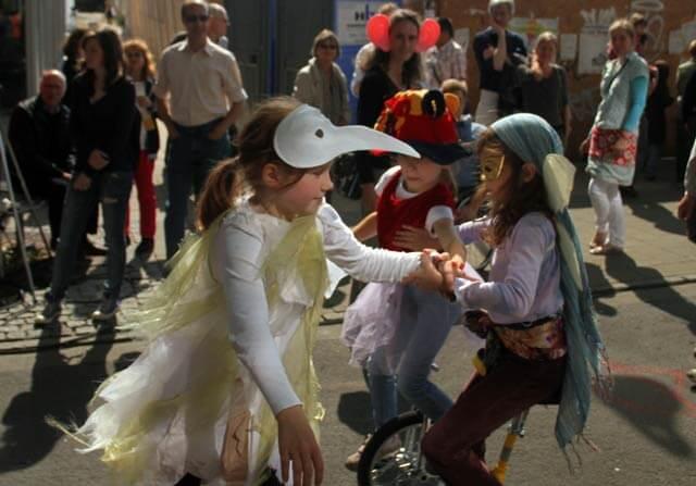 Kinder haben Spaß bei der STAMP Parade