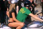 Ein sexy Girl als Sozius im Sommer auf einer Harley