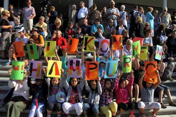 Willkommenskultur: Jugendliche begrüßen Sportler in Hamburg