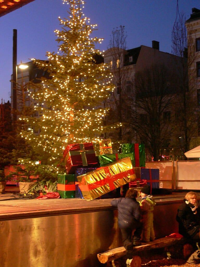 Charity-Aktion auf dem Spielbudenplatz – Santa Pauli verschenkt seine Weihnachtsbäume