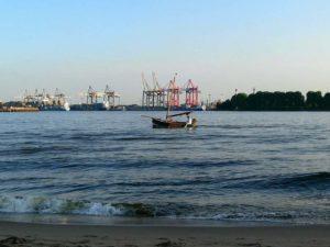 Jahresrückblick vom Elbstrand: Segler im Hafen