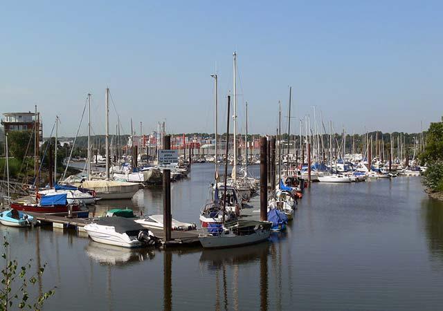 Wassersport in der Wasserstadt Hamburg zwischen Paddles, Kanus und Segeln