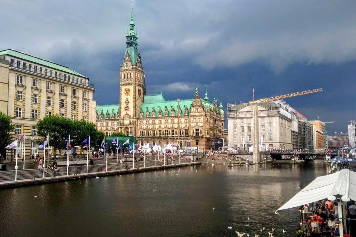 Leave no one behind und der Hamburger Rathausmarkt