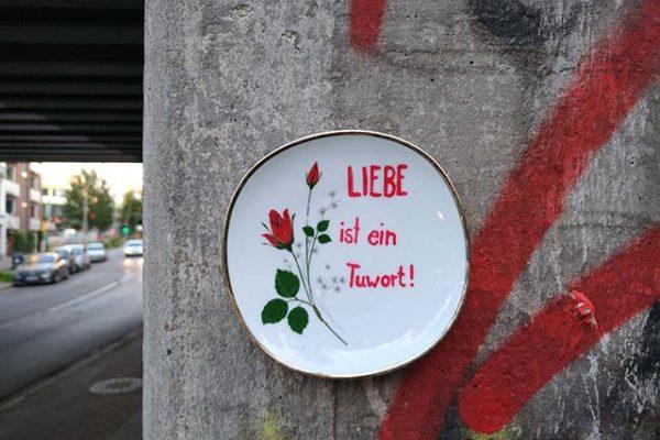 Geldanlage? Kunst an der Straße: Ein Teller Liebe