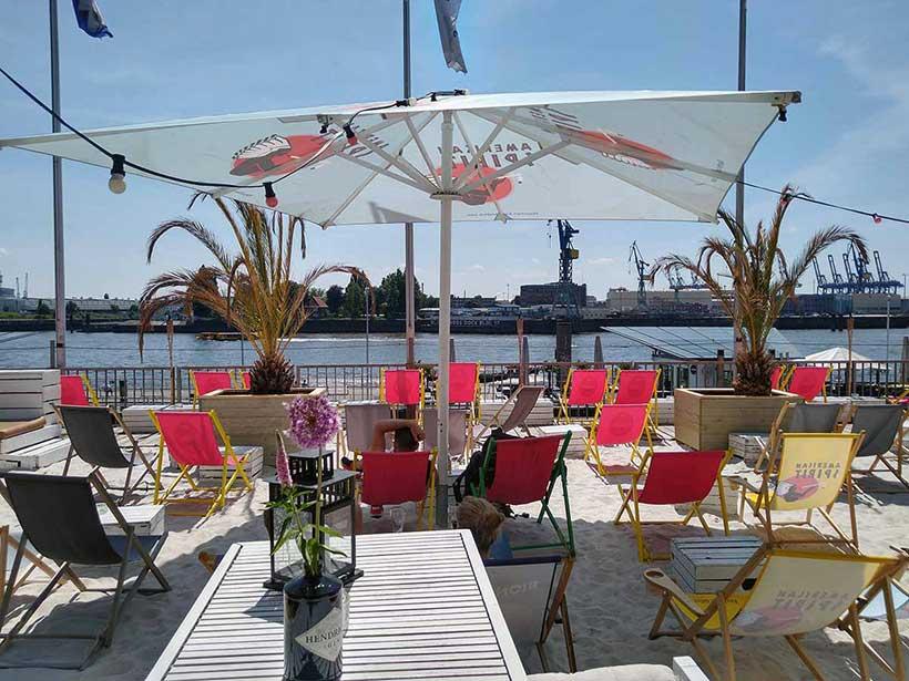 DOCK 3 Beachclub: Aussicht auf die Docks von Blohm & Voss