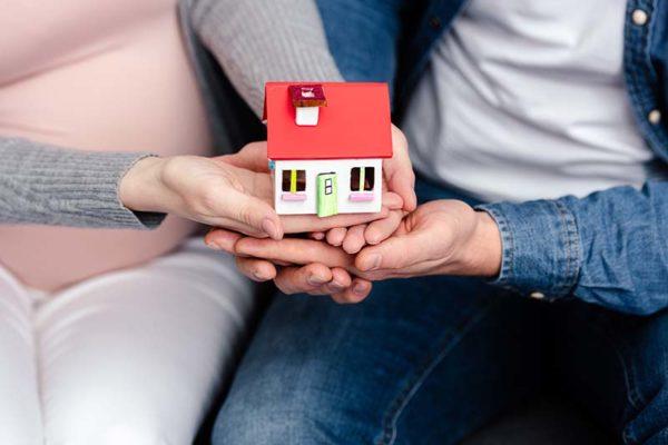 Paar hält Haus - ihr neues Eigenheim